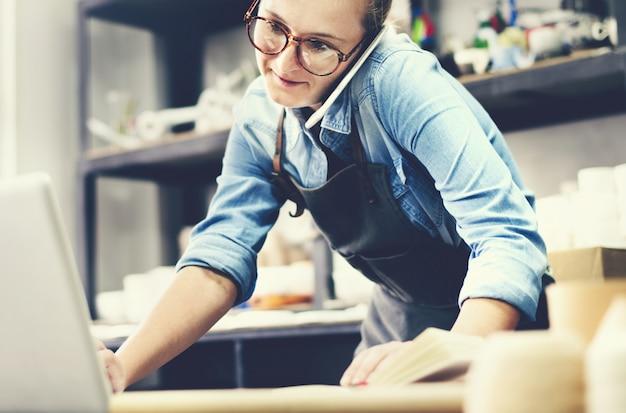 Frau, die in einem tonwarenstudio arbeitet