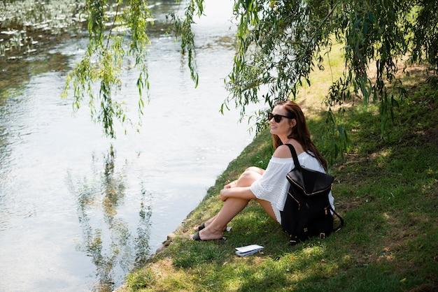 Frau, die in einem weißen süßen kleid reist