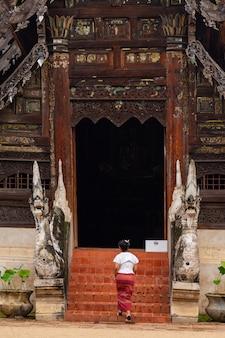 Frau, die in einen tempel hereinkommt