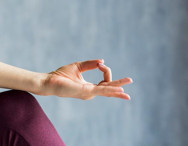 Frau, die in einer meditationssitzung sich entspannt