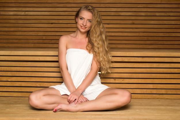 Frau, die in einer sauna sich entspannt
