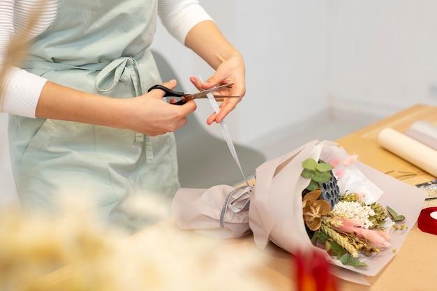 Frau, die in ihrem eigenen blumenladen arbeitet