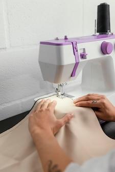 Frau, die in ihrer modedesignwerkstatt arbeitet