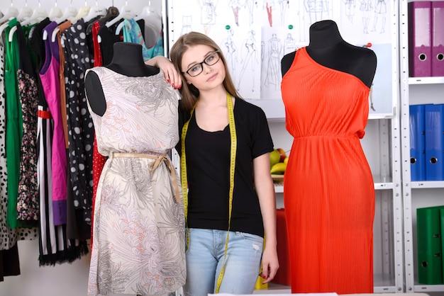 Frau, die in mode designstudio arbeitet.