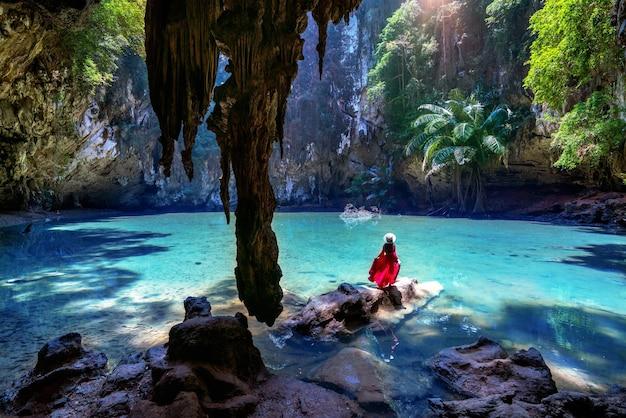 Frau, die in prinzessin lagune am railay, krabi in thailand genießt.