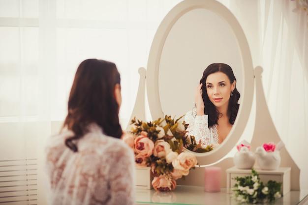 Frau, die in spiegel schaut