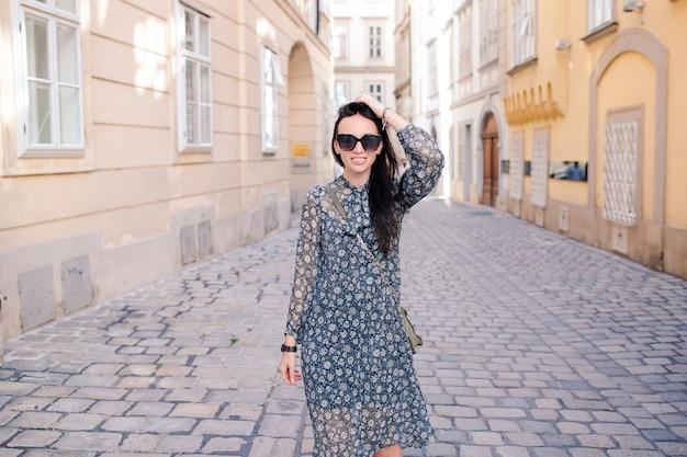 Frau, die in stadt geht. junger attraktiver tourist draußen in der europäischen stadt