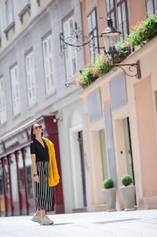 Frau, die in stadt geht. junger attraktiver tourist draußen in der italienischen stadt