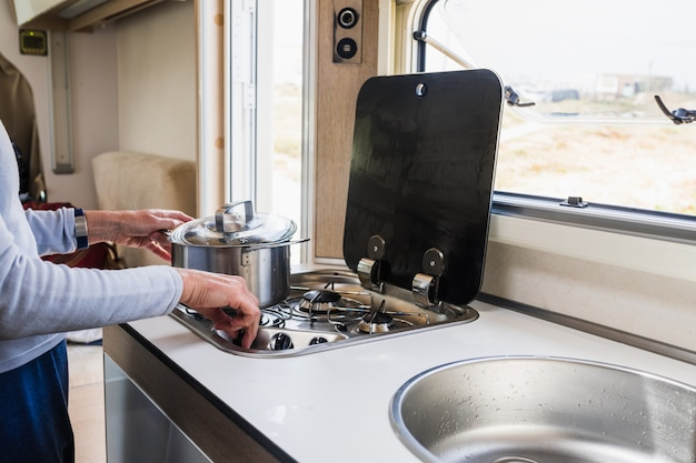 Frau, die innerhalb eines wohnmobils kocht