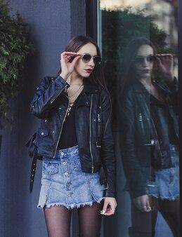 Frau, die jeansrock trägt