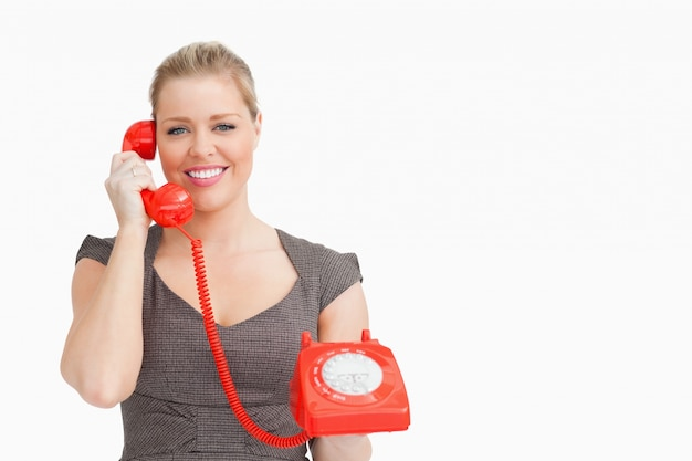 Frau, die jemand an einem telefon hört