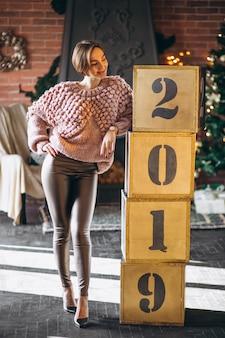 Frau, die kästen 2019 auf weihnachten bereitsteht