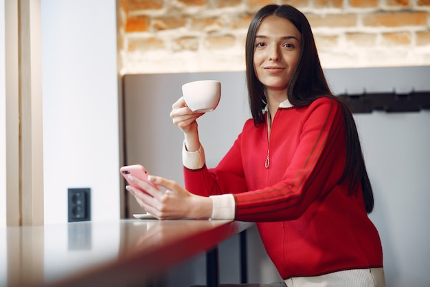 Frau, die kaffee am morgen im restaurant trinkt