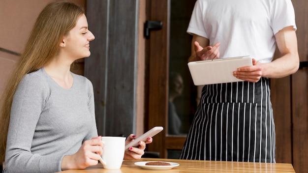Frau, die kaffee bestellt