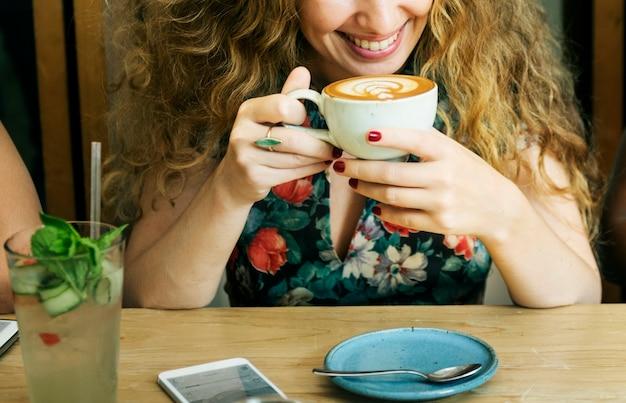 Frau, die kaffee-frühstücks-erfrischungs-konzept trinkt
