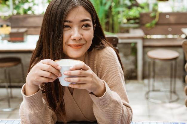 Frau, die kaffee im café trinkt