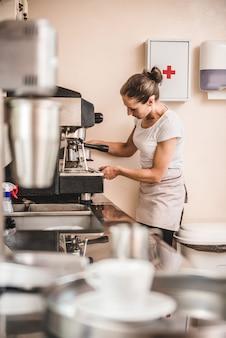 Frau, die kaffee macht