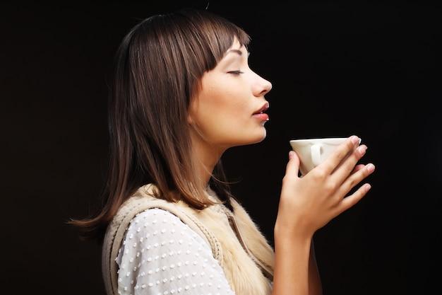 Frau, die kaffee trinkt