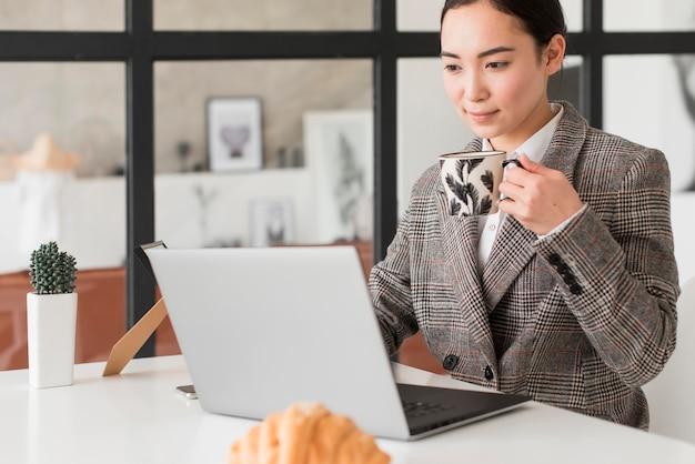 Frau, die kaffee während der arbeit trinkt