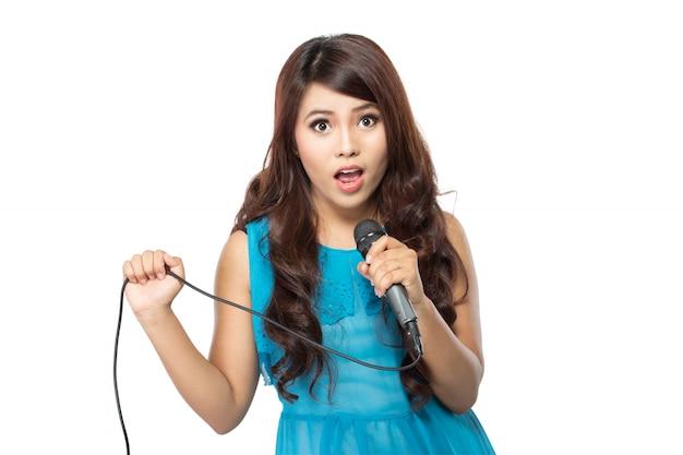 Frau, die karaoke singt