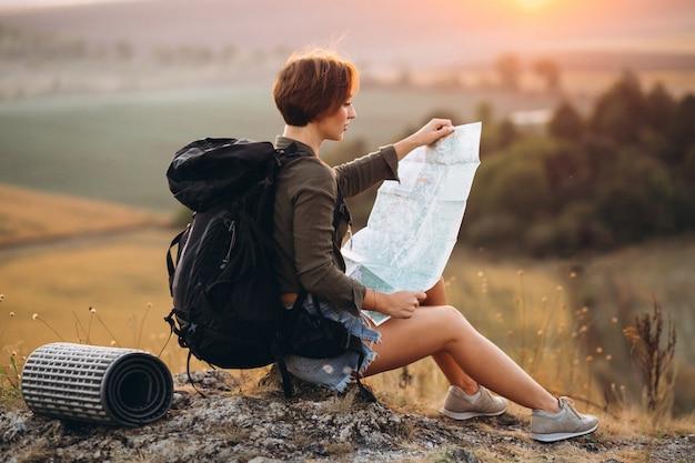 Frau, die karte reist und verwendet