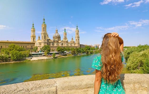 Frau, die kathedrale basilika unserer lieben frau von der säule in saragossa, spanien betrachtet