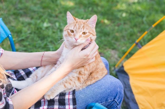 Frau, die katze auf naturnahaufnahme hält
