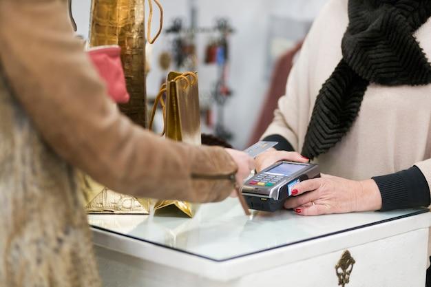 Frau, die kauf mit kreditkarte macht