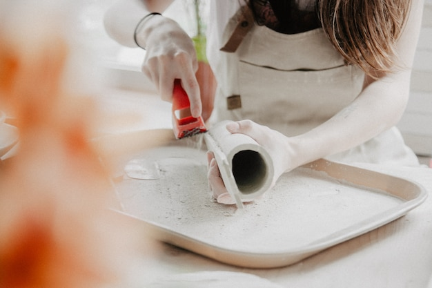 Frau, die keramik macht