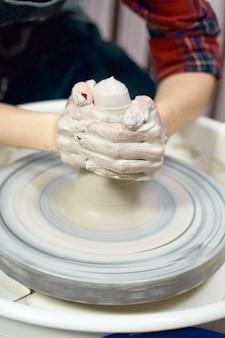 Frau, die keramische tonwaren auf rad, handnahaufnahme macht. konzept für frau in freiberuflicher tätigkeit