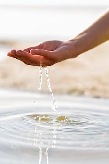 Frau, die klares wasser in ihrer hand hält