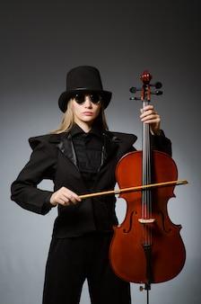 Frau, die klassisches cello im musikkonzept spielt