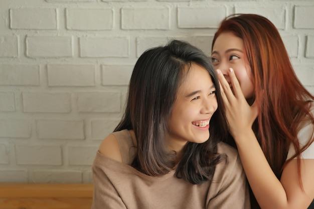 Frau, die klatscht, flüstert, sich positive gerüchte oder hörensagen anhört