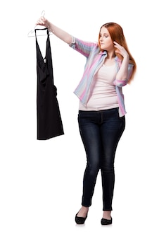 Frau, die kleidung im shop lokalisiert auf weiß wählt