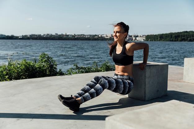 Frau, die körpergewichtsübung tut