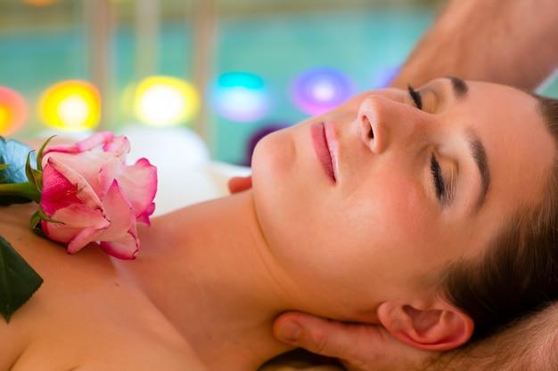Frau, die kopfmassage in einem badekurort genießt