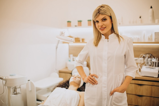 Frau, die kosmetikerin besucht und verjüngungsverfahren durchführt