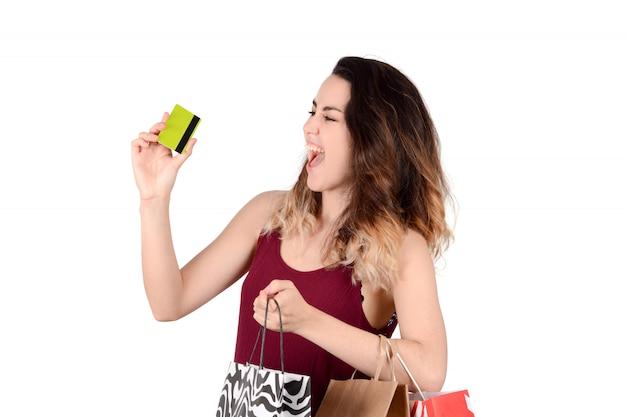 Frau, die kreditkarte hält.