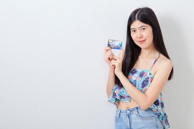 Frau, die kreditkartesommerferien hält