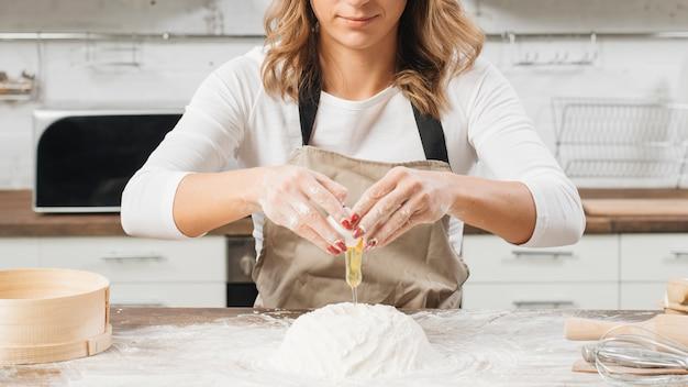 Frau, die kuchen kocht