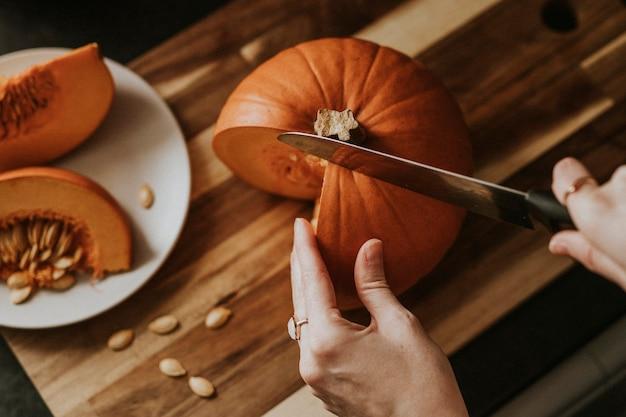 Frau, die kürbis für thanksgiving-dinner-food-fotografie schneidet