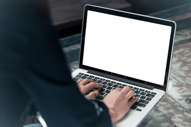Frau, die laptop mit leerem weißem bildschirm verwendet.