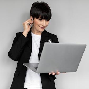 Frau, die laptop mittlerer schuss hält
