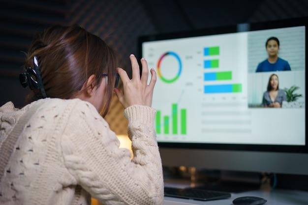 Frau, die laptop verwendet, der videoanruf zum partner macht und bildschirm mit konferenz betrachtet. von zuhause aus arbeiten.