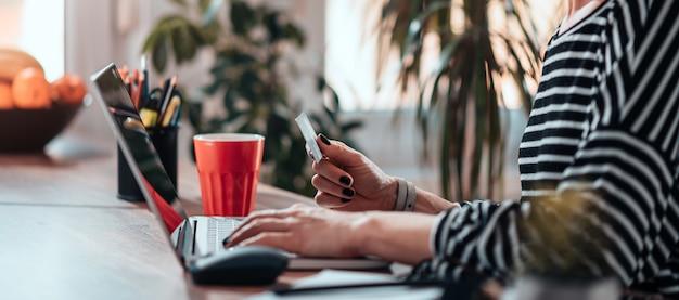 Frau, die laptop verwendet und online kauft