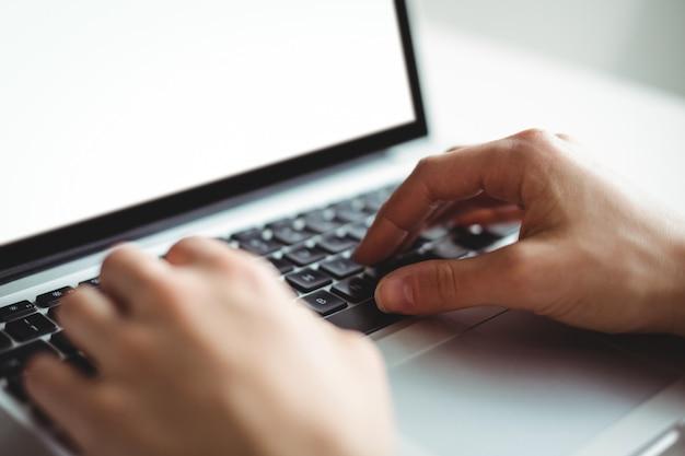 Frau, die laptop verwendet