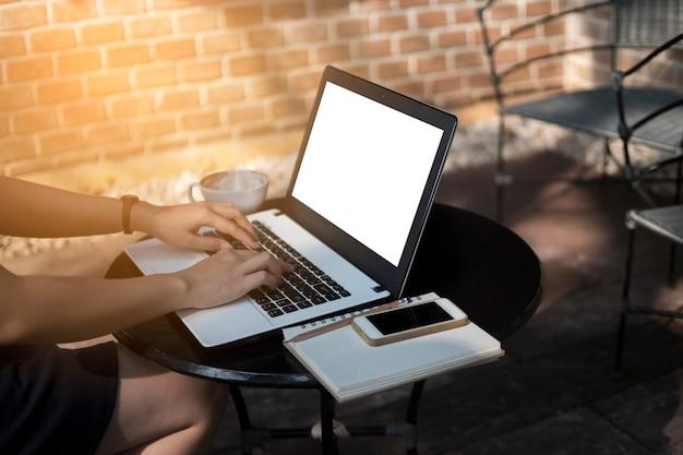 Frau, die laptop zum arbeiten an schreibtisch, freiberuflich tätigen und geschäftsfrau verwendet