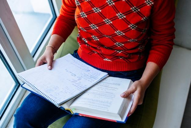 Frau, die lehrbuch und notizbuch hält