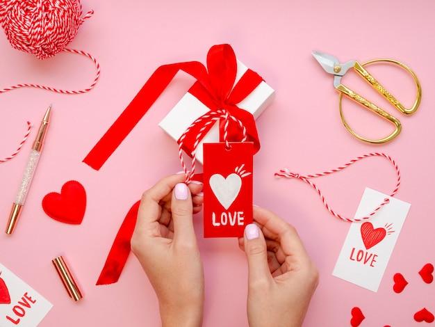 Frau, die liebesmarke mit geschenken anhält