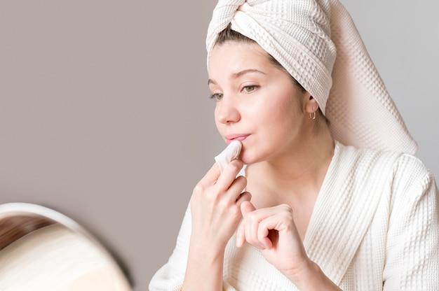 Frau, die make-up entfernt